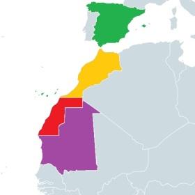 In het rood, de Spaanse Sahara. De ondertekenende landen van de Madrid-akkoorden zijn gemarkeerd met kleuren (groen, Spanje, in geel, Marokko, en in purper, Mauritanië).