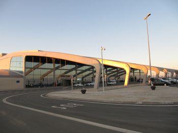 De luchthaven van León in 1990 in gebruik genomen. Met nationale en internationale vluchten.