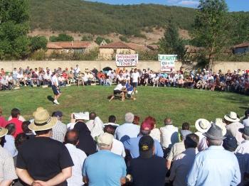 De strijdcirkel van la lucha leonesa in La Mata de Curueño.