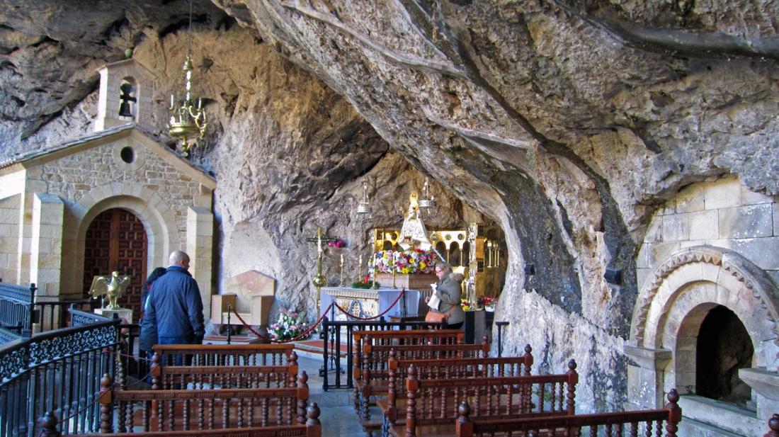 De grot van Covadonga waar Don Pelayo begraven ligt.