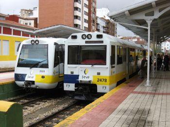 Twee treinen van Feve op het station van Matallana.