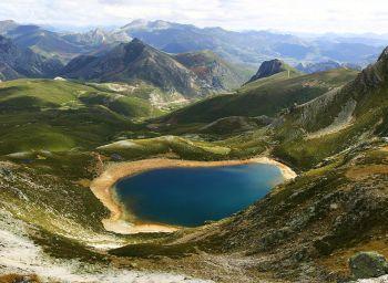 Het meer van Ausente, dat origineel een gletsjermeer is, vlakbij het ski-oord van San Isidro