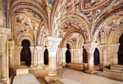 Panteón de Reyes in de Basiliek van San Isidoro. Alfonso IX riep in 1188 de Raad van León bijeen met de leiders van Europa, wat uitmonde in de eerste documentatie van het Europese Parlement. In deze basiliek wordt ook de Kelk van Doña Urraca bewaart, Sommige onderzoekers verwijzen naar de Heilige Graal