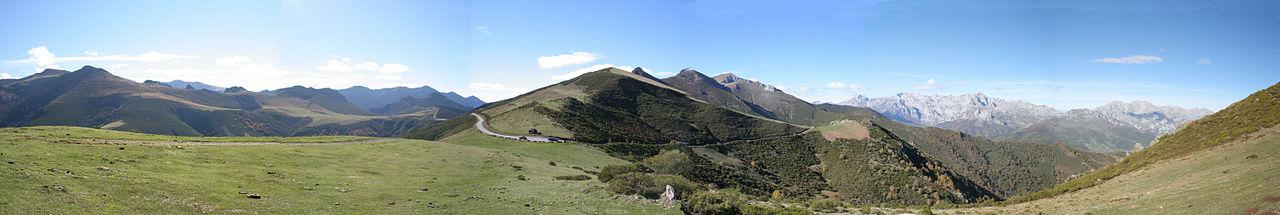 Uitzicht vanaf de haven van San Glorio, op de grens van León en Cantabria, met rechts de Picos de Europa.