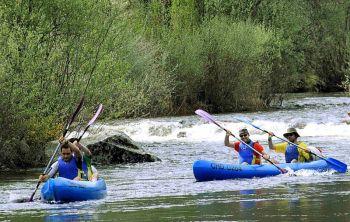 Kanoën op de rivier Tera op de hoogte van Ribadelago in het Natuurpark van het Meer van Sanabria y Alrededores