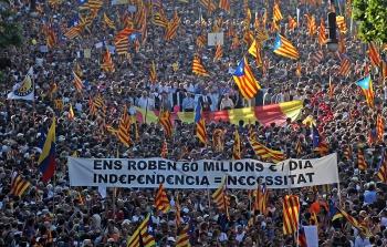 """Manifestatie """"Wij zijn één Natie. Nosaltres decidim, maakt aanspraak op de onafhankelijkheid van Catalonië door de straten van Barcelona (juli 2010)."""