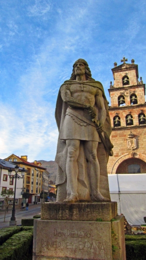 Standbeeld Don Pelayo in Cangas de Onis.