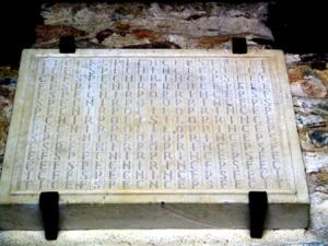 Eerste steen van de kerk van Santianes de Pravia. Te beginnen met de S in het midden spelt het, Silo Prince