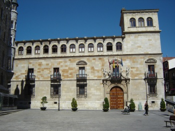 Het paleis van de Guzmanes dat gebouwd kon worden dankzij de hoge welvaart in de Late Middeleeuwen