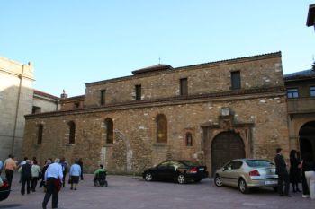 Buiten aanzicht van de kerk van San Tirso