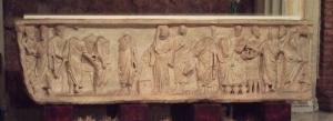 De sarcofaag Trilogía petrina (Een sarcofaag met aan de voorkant en de linkerkant de drie verhalen van Petrus, het wonder van de bron, de arrestatie van Petrus en het kraaien van de haan.), rond 340 - 350, in de basiliek van Santa Engracia (Zaragoza)