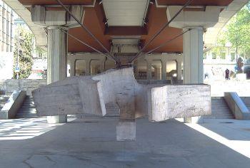 De ´Sirena Varada´of het ´Punto de Encuetro´, van Eduardo Chilida in het Openlucht Museum van Castellana. De laatste, niet democratisch gekozen burgemeester, Jose Luis Alvarez, maar wel de democratische overgang leidde, gaf op de vooravond van de eerste gemeenteraadsverkiezingen toestemming om deze sculpturen te plaatsen, welke door de stad waren verworven in 1972.