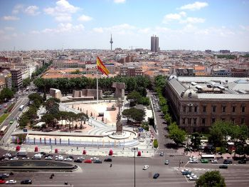 Plaza Colón, met het monument voor Christoffel Columbus, de Jardines del Descubrimiento en, rechts het gebouw van de Biblioteca Nacional en het Museo Arqueológico Nacional.