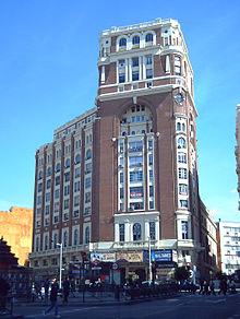 Palacio de Prensa, Gran Via op de hoogte van Plaza de Callao, de architect was Pedro Muguruza Otaño (1925 - 1929). Werd gebouwd als een multicultureel gebouw, waar een apart deel van het gebouw werd ingericht voor het hoofdkwartier van de Asociaciónde la Prensa van Madrid, met een café-chantan, een bioscoop met 1840 zitplaatsen en verhuur van woningen en kantoren. Ondertussen is er van deze multifunccionaliteit nog maar weinig over na de vele verbouwingen,