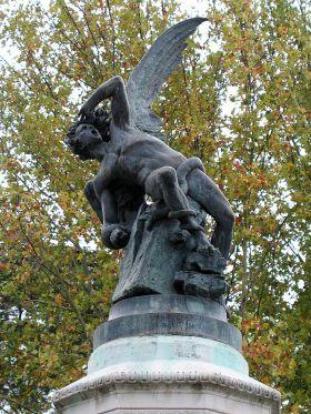 Madrid is de enige hoofdstad in de hele wereld die een beeld van Lucifer vertoont in een monument op een openbaar plein: el Angel Caído of de Fuente del Angel Caído, van Ricardo Bellver uit 1877. Het beeld laat het moment zien dat God hem uit de hemel verbant nadat Lucifer opstand tegen hem voerde. De beeldengroep geeft naam aan het pleintje waar het staat, in het Parque de Retiro, op de plaats van de oude Real Fábrica de Porcelana de Buen Retiro ( in de volksmond ´China´genaamd).