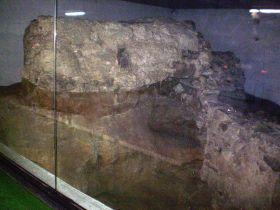 Overblijfselen van de torre de los Huesos, een uitkijktoren van de moslims. Te bezichtigen in de ondergrondse parking van Plaza de Oriente.