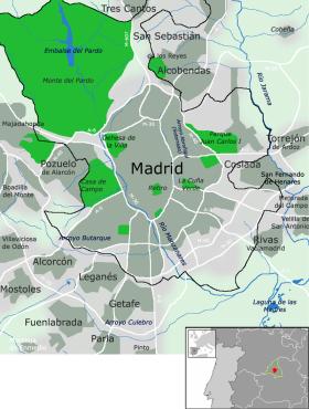 Kaart van Madrid en zijn omgeving. U ziet de belangrijkste verkeersaders in het wit, de stadsgrenzen worden aangegeven in het zwart