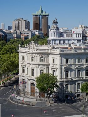 Palacio de Lineras, dat ook welhet Casa America wordt genoemd, met links het Paseo de Recoletos en op de achtergrond Torres de Colón.