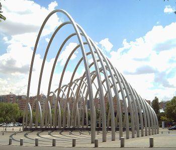 Puerta de Illustración, van Andreu Alfaro over de M30 op de hoogte van La Vaguada. Het was eerste de bedoeling om het op een pleintje naast een ander groots sculptuur te plaatsen, dat een hyper mannelijk naaktfiguur zou zijn. Dit alles op een ontwerp van Antonio Lopez Garcia, maar dit project werd niet uitgevoerd.