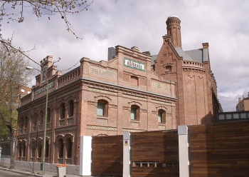 """Voormalige brouwerij """"el Aguila"""", nu de zetel van het Archivo Regional en de Biblioteca Regional Joaquín Leguina. Voorbeeld van industriële architectuur in Madrid in de late 19ᵉ eeuw"""