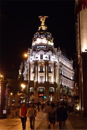 Het gebouw van de Metrópolis, op de kruising van Calle de Alcaká en het Gran Via.