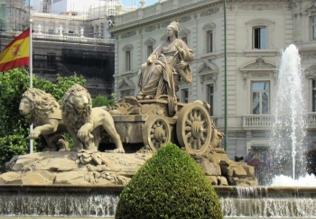 Fuente de Cibeles, een van de iconische beelden van Madrid. Het werd ontworpen als onderdeel van de stedelijke herontwikkeling vanhet Paseo del Prado, gesponsord door koning Carlos III. De ontwerpers waren Francisco Gutiérrez en Roberto Michel, met toevoegingen van Miguel Angel Trilles en Antonio Parera, in de 19ᵉ eeuw.