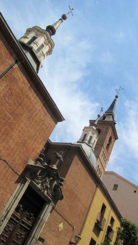 De kerk van San Nicolás de los Servitas is de oudste van het historische centrum van Madrid,. De klokkentoren, Mudejar stijl, heeft nog steeds de oorspronkelijke structuur van de 12ᵉ eeuw, maar is nu bekroond met een barokke spits.
