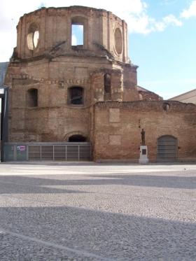 Las Iglesias de la Escuelas Pías,. Padres Escolapios, Lavapies, werd na het uit breken van de Burgeroorlog in brand gestoken door aanhangers van het Frente Popular. Het nooit herbouwd en bleef tot 2002 een ruïne. Toen werd het gedeeltelijk gerenoveerd om te dienen als een bibliotheek van de UNED. De verbouwing werd gerealiseerd door José Ignacio Linazasoro, architect.