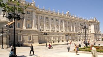 De gevel van het Koninklijk Paleis van Madrid. Ontworpen door de architecten Giambattista Sacchetti en Francesco Sabatini. Het is een van de meest opmerkelijke vorstelijke residenties in Europa, gebouwd in de 18ᵉ eeuw. Dit is de zetel van de Spaanse monarchie vanaf de 16ᵉ eeuw.
