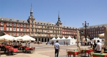 Het Plaza Mayor van Juan Gomez de Mora, ingrijpend gewijzigd door Juan de Villanueva na een brand in de 18ᵉ eeuw. Aanvankelijk opgezet als een markt aan de voorkant van de stad, maar uiteindelijk het toneel van publieke evenementen, zoals executies en stierengevechten.