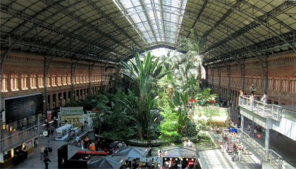 Het grote centrale station van Madrid, Atocha. Samen met het station van Chamartin is dit HET centrum waar alles bij elkaar komt. Alle bussen, metro´s, treinen, AVE´s alles behalve vliegtuigen.