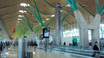 Qua oppervlakte, één van de grootste luchthavens van Europa, en doorvoerhaven voor Latijns-Amerika.