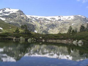 De lagune en de hoogste punten van de Peñalara, in het Natuurpark van Peñalara
