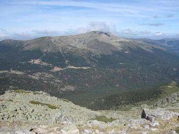 De zuidelijke kant van de Pe+alara gezien vanaf de top van de Cabezas de Hierro