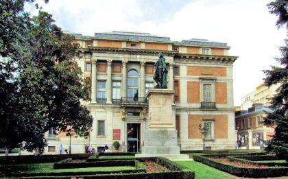 Zuidelijke zijingang met het standbeeld van Esteban Murillo.