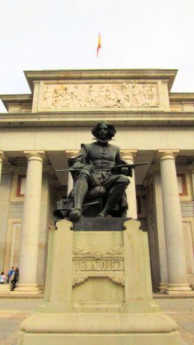 Standbeeld van Diego Velázquez voor de hoofdingang.