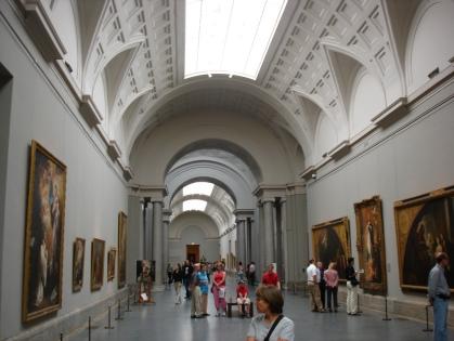 Interieur van de Centrale Galerij in 2005. Tot aan de opening van de zalen van het Jerónimosgebouw in 2007, was het de plek waar men de schilderijen van groot formaat exposeerde, dat betekende dat die telkens weer moesten worden weggehaald om een tijdelijke tentoonstelling te herbergen.