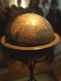 De oudste bewaard gebleven aardglobe ter wereld. De globe werd in 1492 vervaardigd onder leiding van de Duitse astronoom en geograaf Martin Behaim.
