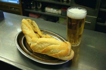 Een Bocadillo de Calamares, is een baquette, ook wel barra, genoemd met gebakken inkvisringen meestal in combinatie met een cerveza.