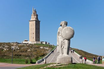 De toren de Hércules samen het beeld van Breogán, in La Coruña.