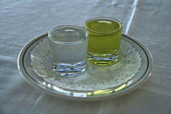 Chupitos de aguardientes (twee borreltjes brandewijn) meestal geserveerd voor het dessert.