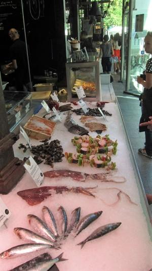 Eén van de viskramen in de 'Mercado de San Miguel', Madrid.