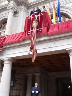 Het neerlaten van de Real Señera van het gemeenthuis van de stad Valencia, voor de stedelijke processie van de Dag van de Comunidad Valenciana.