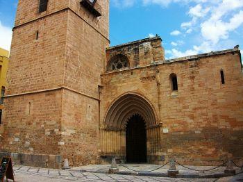 Khatedraal van Oriola, en de poort van Cadenes.
