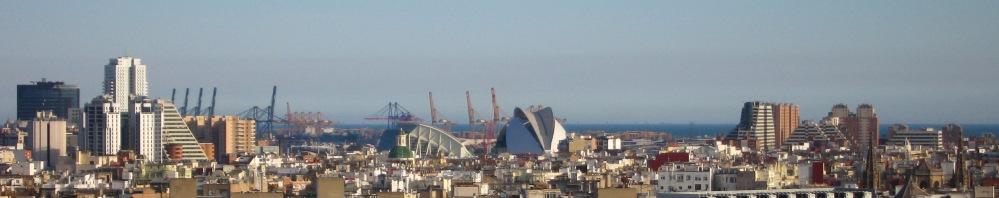 Skyline van Valencia. Links de Toren de Francia en de CC Aqua. In het midden la Ciudad de las Artes y las Ciencias met op de achtergrond de haven van Valencia en de Middellandse Zee.