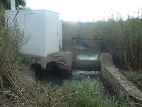 Sluisje van het irrigatiesysteem in de Turia Mestalla
