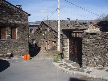 Calle Majaelrayo (Guadalajara), duidelijk voorbeeld van zwarte architectuur.