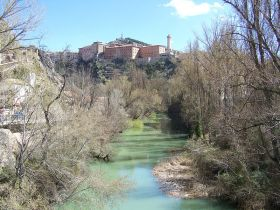 De rivier de Jugar wanneer het Cuenca passeert.