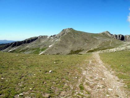 De Pico del Lobo, de grens met Castilla y León, ligt op een hoogte van 2274 m. boven zeespiegel en vormt daarmee het dak van de autonome regio.
