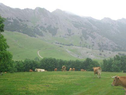 De Aitxuri, samen met de naburige bergtoppen in het Aizkorri massief.